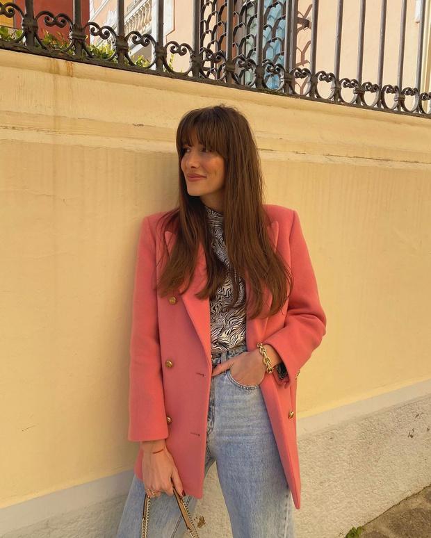 Фото №2 - Прямые джинсы + розовый пиджак: француженка Жюли Феррери показывает, что носить будущей весной