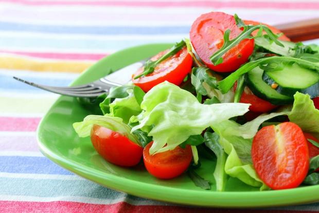 Салат с огурцом и помидором черри