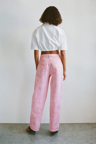 Фото №6 - Самые трендовые джинсы сезона весна-лето 2021: собрали 11 пар, которые украсят ваш гардероб