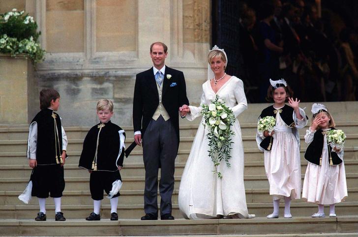 Фото №15 - Самые знаменитые свадебные платья Виндзоров: неудачные, смелые и даже бодипозитивные