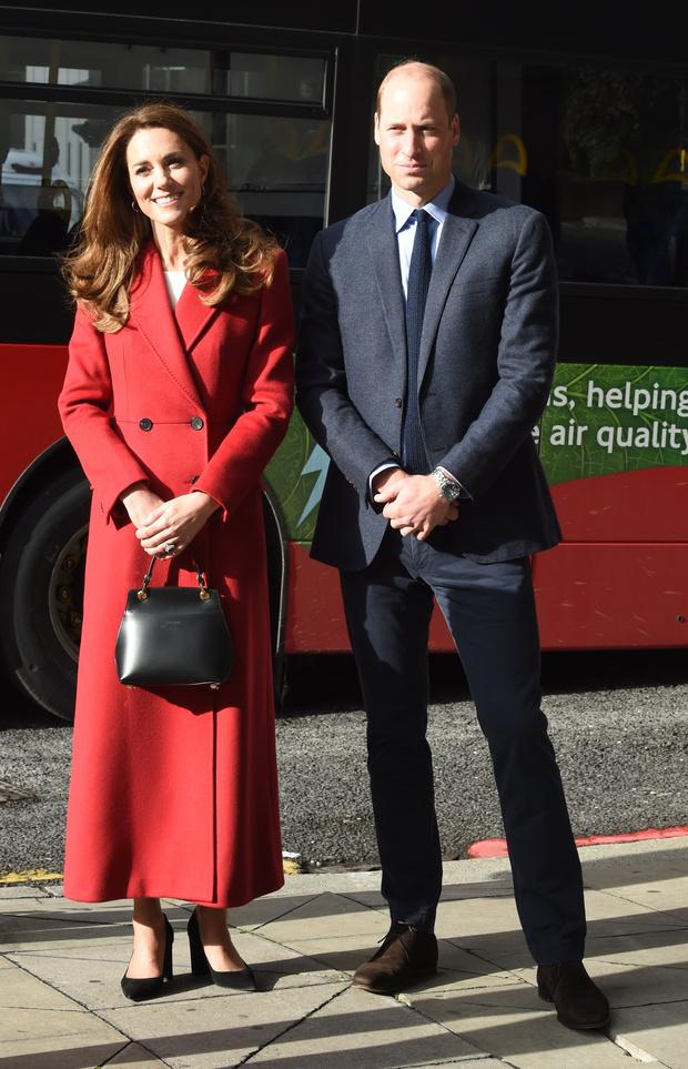 Фото №2 - Королевский выбор: Кейт Миддлтон в длинном красном пальто Alexander McQueen