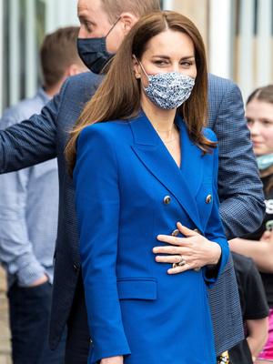Фото №3 - Клетка, джинсы и костюмы: все наряды герцогини Кейт в туре по Шотландии