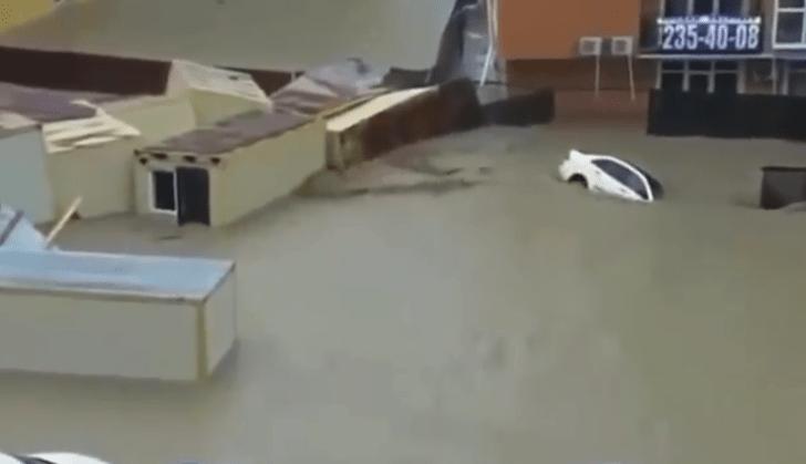Фото №1 - Наводнение в Сочи: людей готовят к эвакуации, пляжи разрушены и другие подробности (видео очевидцев)