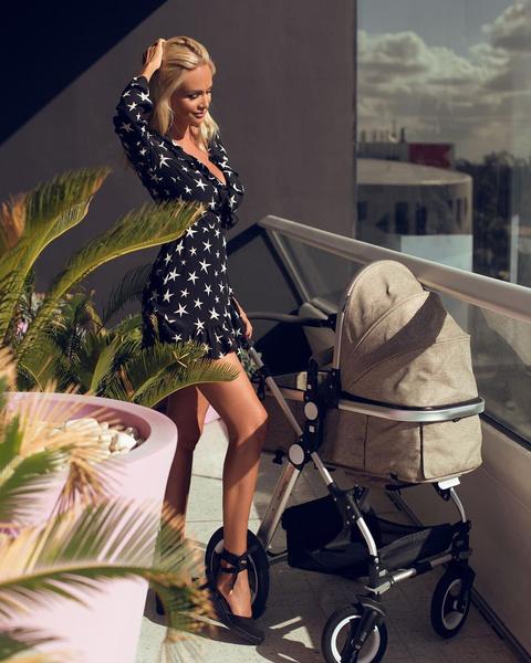 Фото №1 - Виктория Лопырева возит ребенка в подержанной коляске