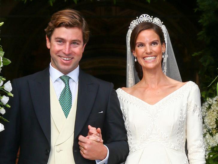 Фото №1 - 10-метровый шлейф несли четверо: принцесса Лихтенштейна вышла замуж в сказочном платье