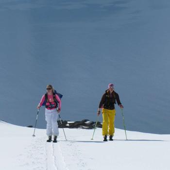 Не лезьте вместе с бывалыми экстремалами на подъемник. Разумнее позаниматься с инструктором в лыжной школе.