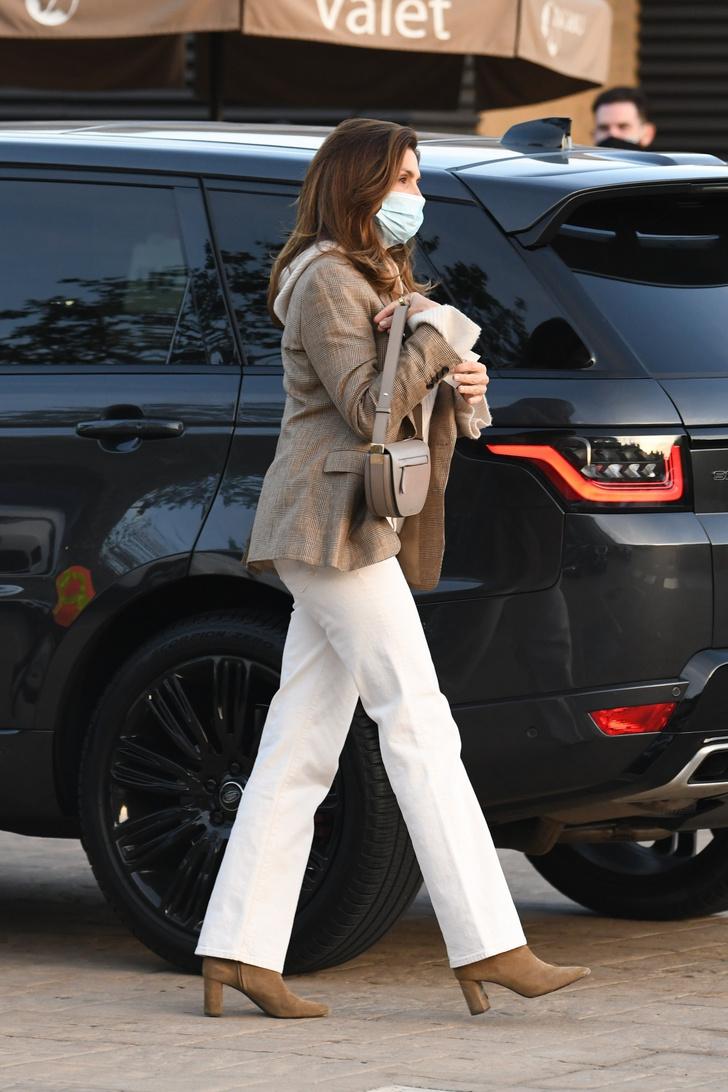 Фото №1 - С чем носить белые джинсы в этом сезоне? Показывает Синди Кроуфорд