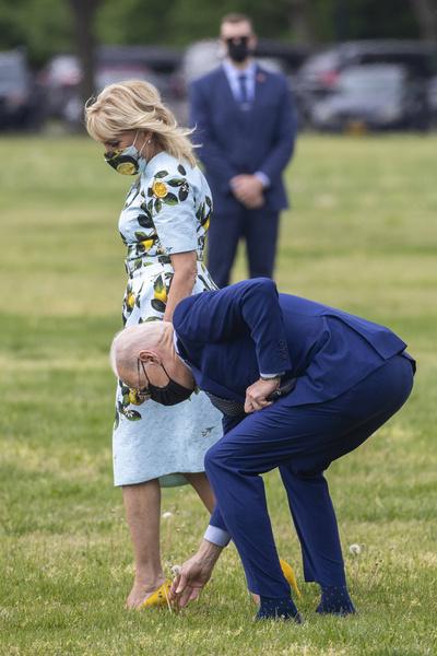 Фото №3 - Нечего надеть? Джилл Байден отметила 100 дней президентства мужа в старом и мятом платье