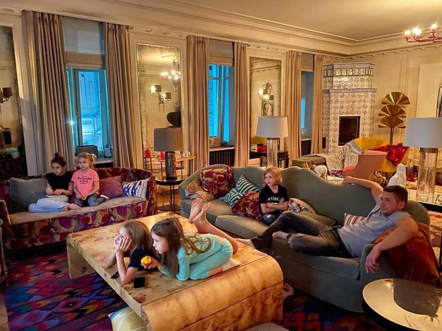 Фото №10 - Голые портреты, камин и «Нерожденные дети»: в какой квартире Светлана Бондарчук живет после развода с Федором