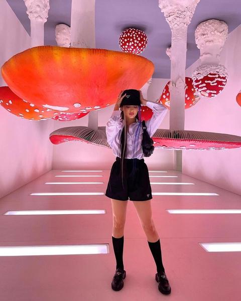 Фото №2 - Длинные шорты и панама: модный школьный образ от Дины Саевой