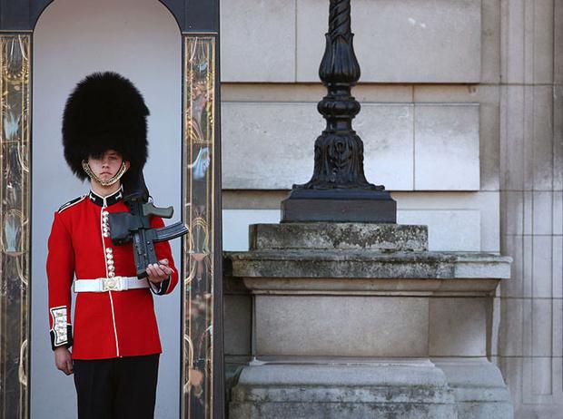 Фото №5 - Медвежьи шапки и обмороки «по протоколу»: 10 интересных фактов о Королевской гвардии