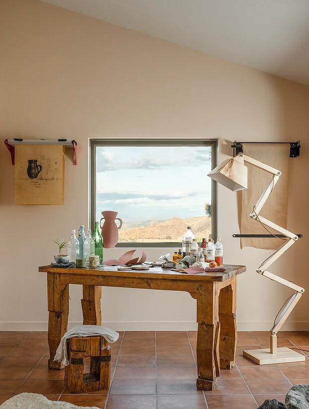 Фото №6 - Настенная роспись и авторская мебель в доме художника в Калифорнии