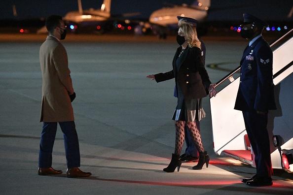 Фото №3 - Первая леди США Джилл Байден взорвала интернет «неуместными» колготками в сеточку