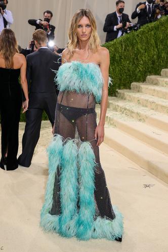 Фото №19 - В стиле сексуальной Одри Хепберн: самые провокационные «голые» платья на Met Gala