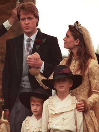 Фото №8 - Королевский размах: шесть свадебных платьев леди Китти Спенсер