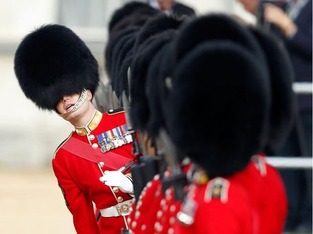 Фото №6 - Медвежьи шапки и обмороки «по протоколу»: 10 интересных фактов о Королевской гвардии