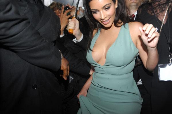 Фото №1 - Стиль звезд: Ким Кардашьян с откровенным декольте