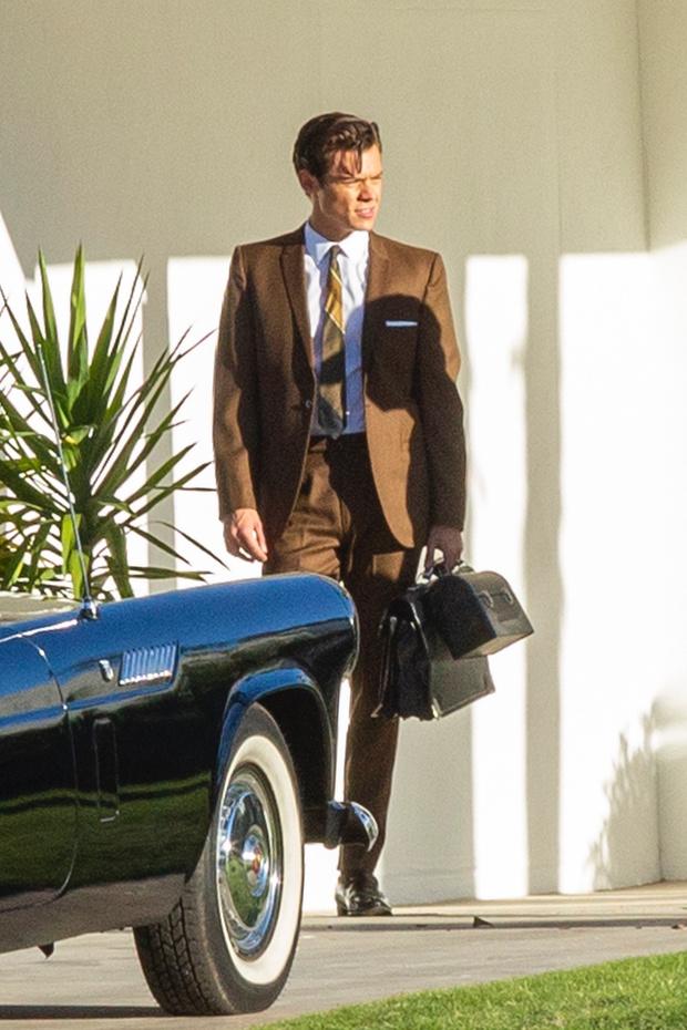 Фото №1 - Как Гарри Стайлс выглядит без юбки — в строгом и скучном костюме