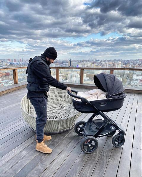 Фото №2 - «Весна 2020»: Тимати гуляет с сыном Ратмиром на крыше в бронежилете