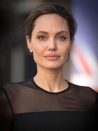 Фото №1 - Новый поворот: Джоли просит Энистон помочь в разводе с Питтом