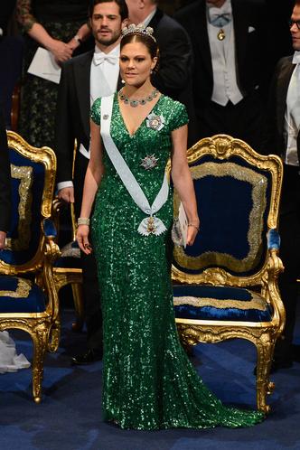 Фото №13 - Блеск Короны: как монаршие особы носят сверкающие пайетки