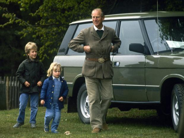 Фото №13 - Самые трогательные фотографии королевских бабушек и дедушек с внуками