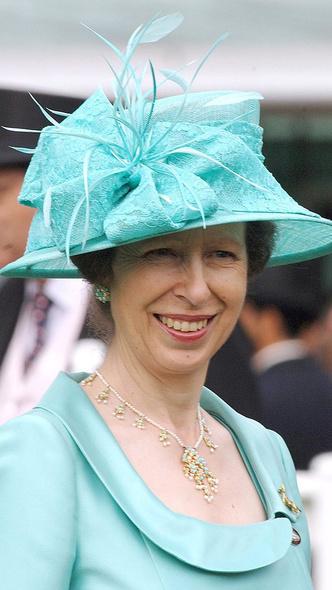 Фото №8 - Как королевские особы носят украшения с бирюзой: самые эффектные выходы