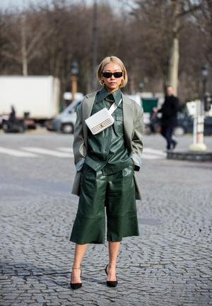 Фото №4 - Как носить кожаные рубашки: стильные идеи на каждый день