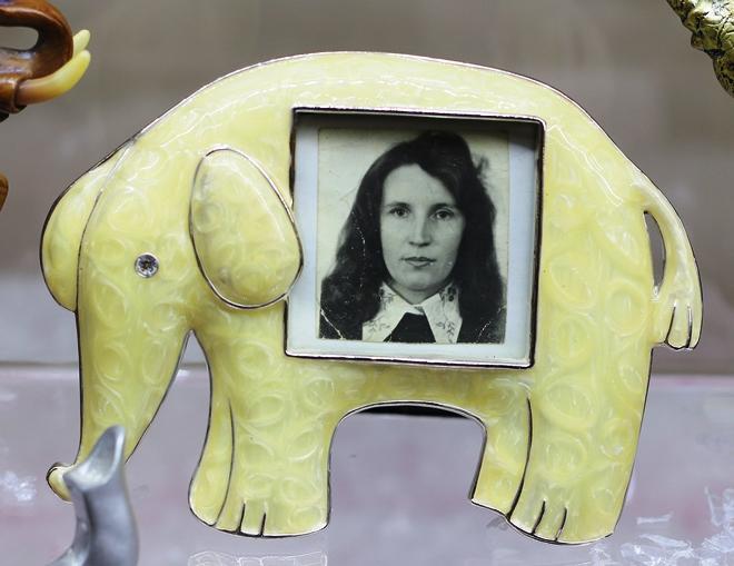 Вера Стецюк в молодости. Естественно, фоторамка в виде слона