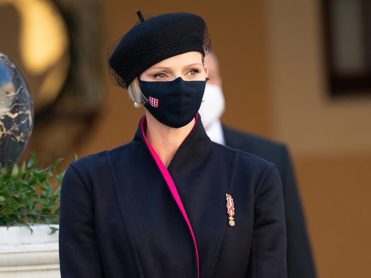 Фото №1 - «Траурный» берет и странное пальто: княгиня Шарлен снова не угадала с образом