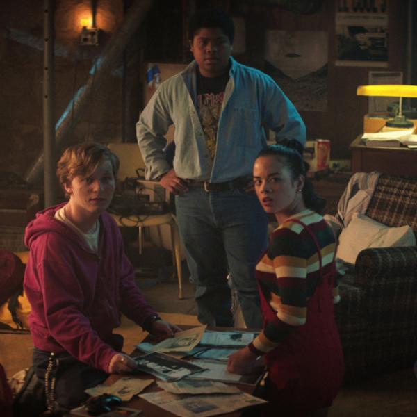 Фото №1 - Каст первой части «Улица Страха» смотрит самые криповые моменты из фильма 💀