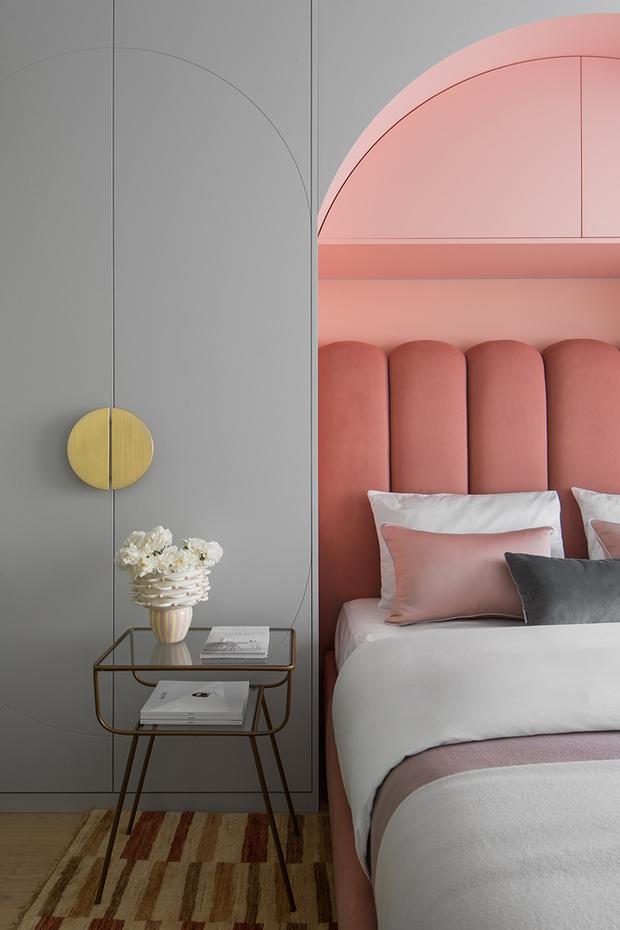 Ваза на прикроватном столике— работа Анны Миро. Дверные ручки, Armac Martin. Серая декоративная подушка, Tenssury.