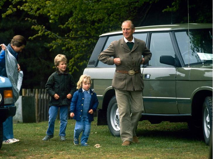Фото №2 - Любимый дедушка: 25 самых трогательных фото принца Филиппа с внуками