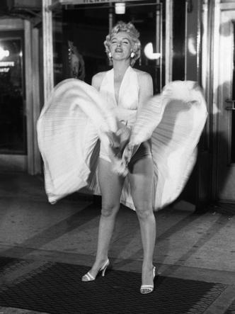 Фото №6 - 5 культовых кинонарядов Мэрилин Монро и забавные истории, связанные с ними