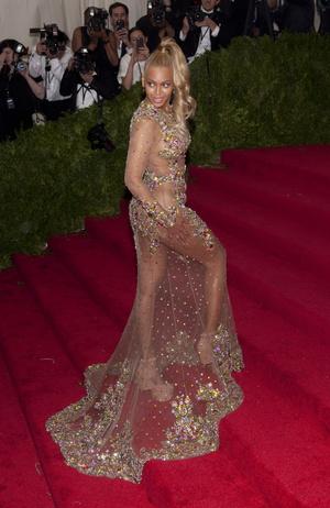 Фото №24 - Модные фрики: звезды, которые переборщили с эпатажными нарядами
