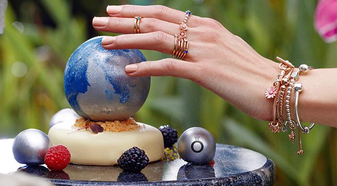 Pandora совместно с рестораном RIBAMBELLE создал десерт в поддержку акции «Час Земли»