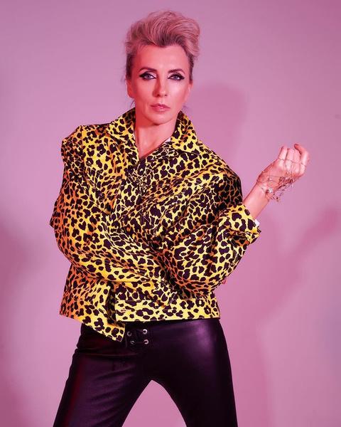 Фото №2 - Кожанка, фиолетовая помада, брови-ниточки: 7 «приветов» из 1990-х годов, которые Бондарчук пропагандирует сейчас