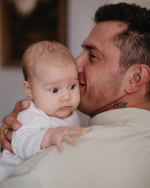 Фото №2 - «Знакомьтесь»: Павел Прилучный заинтриговал снимком с младенцем и кольцом