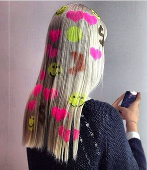 Фото №2 - Бьюти-тренд из ТикТока: рисунки на волосах