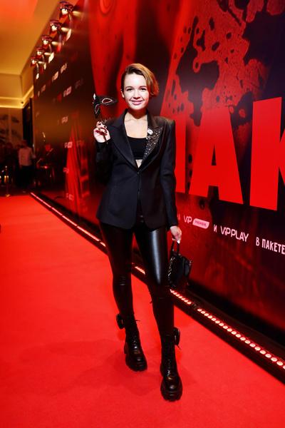 Фото №5 - Водонаева с ножом, Бондарчук с цветком, Вокс и Судзиловская в «клетке»: звезды на премьере сериала «Чаки»