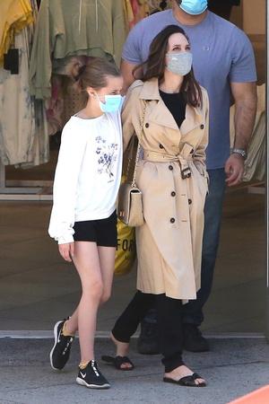 Фото №2 - Джоли надела сандалии, в которых невозможно и шагу ступить