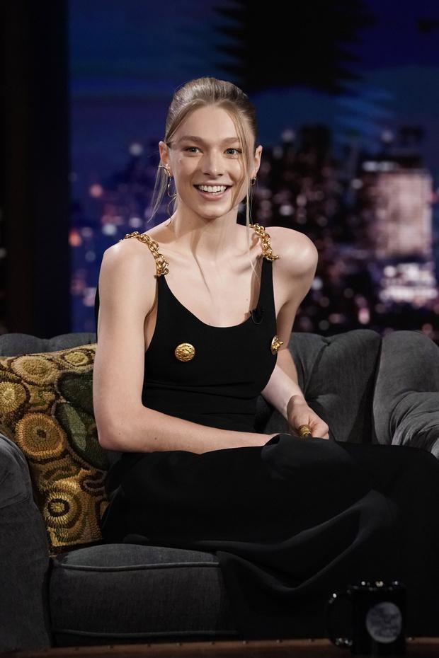 Фото №2 - Платье с золотыми сосками и накладные пальцы вместо колец: модель-трансгендер Хантер Шафер в сказочном тотал-луке Schiaparelli