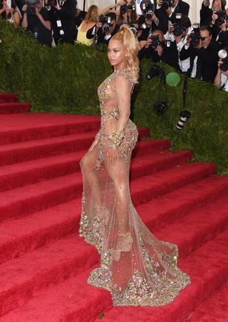 Фото №6 - Не рискнете повторить: самые скандальные образы Бейонсе— от «голых» платьев до нимба