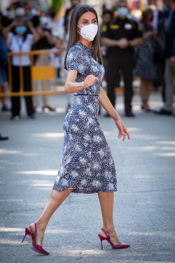 Фото №1 - Платье-салют королевы Летиции (и список ее любимых книг)