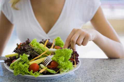 Фото №2 - Без гречки и кефира: названа диета, спасающая от коронавируса