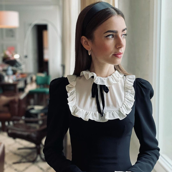 Фото №1 - Как носить ободок и быть самой модной: повторяем трендовую прическу Лили Коллинз