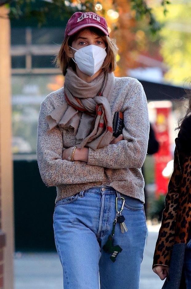 Фото №2 - Дочь Умы Турман — Майя Хоук — показывает, что брелок с ключами — неожиданный модный аксессуар сезона