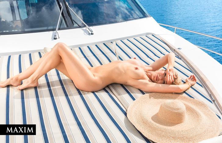 Фото №3 - С бала на корабль! Фотосессия актрисы Виктории Масловой для MAXIM