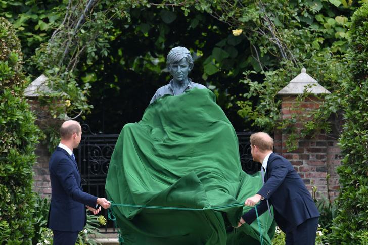 Фото №2 - Мама была бы рада: принцы Уильям и Гарри тепло встретились на открытии памятника принцессе Диане