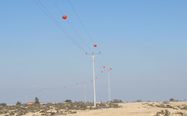 Фото №2 - Зачем на проводах вешают гигантские цветные шары